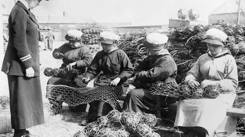 WRNS Ratings Mine Net Workers Supervised Wren Officer Imperial War Museum © IWM (Q 19640)