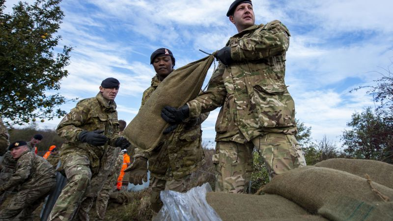Soldiers help with floods in south Yorkshire 131119 CREDIT MOD