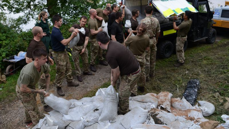Troops from the Light Dragoons load up sandbags as part of their efforts to help shore up Whaley Bridge Dam (Picture: MOD).