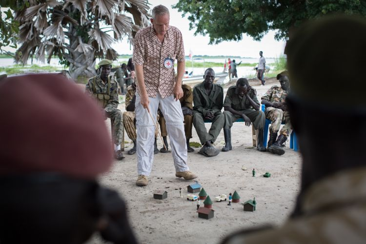 Albert Schoneveld lectures South Sudanese soldiers in South Sudan DATE UNKNOWN CREDIT ICRC FlorianSeriex