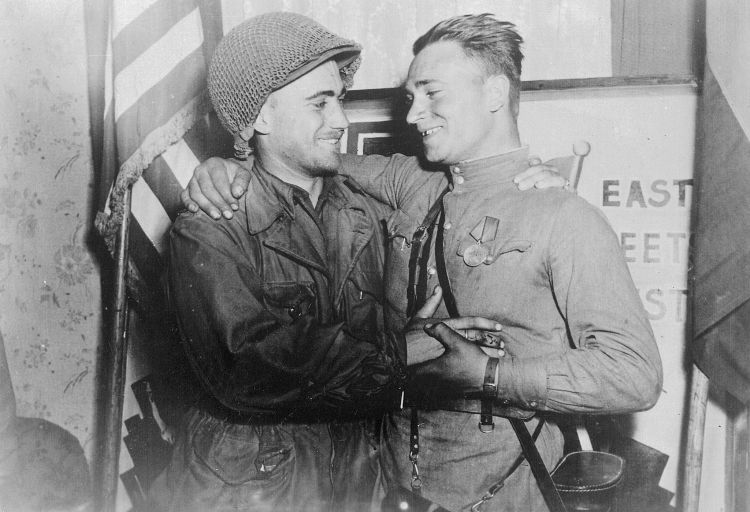 American and Red Army Russian soldier meet on Elbe DAy 0445 CREDIT US National Archived and Records Administration