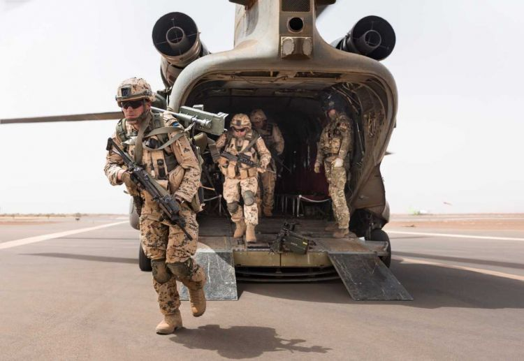 Estonian soldiers disembark off a RAF Chinook in Mali (Picture: MOD/Crown Copyright).
