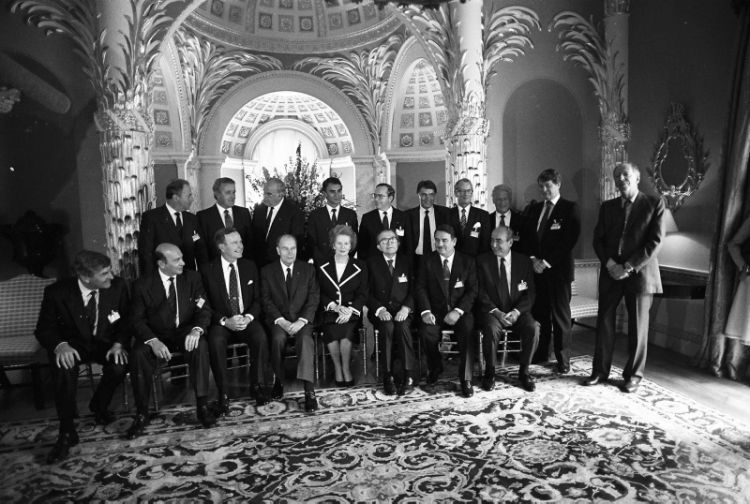Family Portrait at Lancaster House of the delegates attending the NATO Summit in London July 1990 Credit MOD
