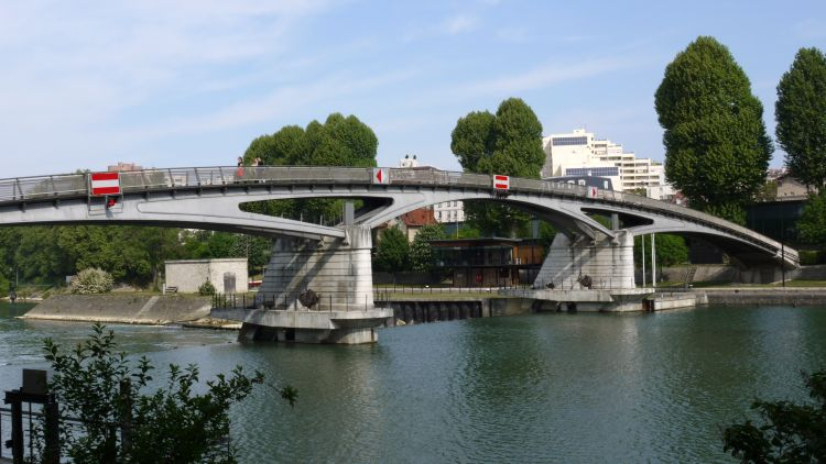 Footbridge_over_the_canal_lock_on_the_Marne_at_Saint_Maurice_near_Paris_by Pline
