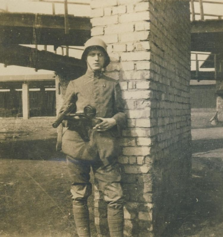 France 1918 - German stormtrooper with MP 18