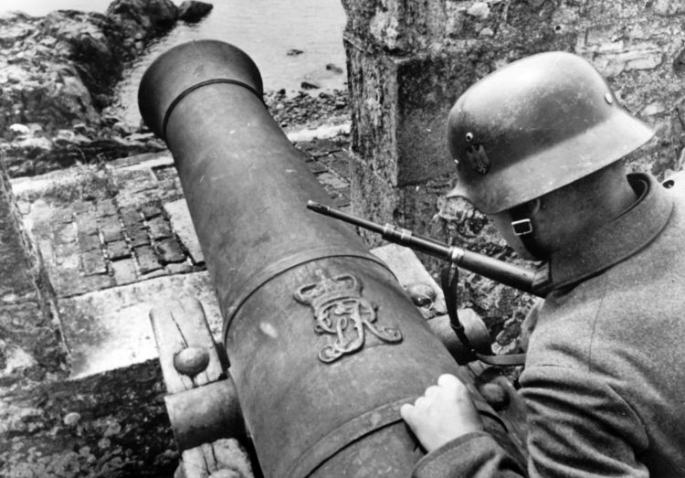 Nazi propaganda image showing German Navy sailor at historical cannon on the Channel Islands