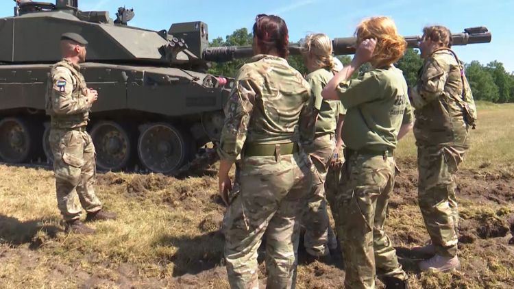 QRH wives learn about Challenger II tanks in Germany