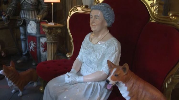 Life-size model of the Queen at the Little Britain museum