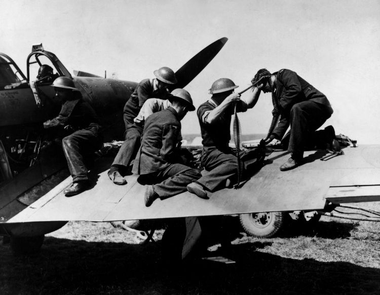 RAF personnel reloading guns on an RAF Spitfire during the Battle of Britain 010840 CREDIT PA