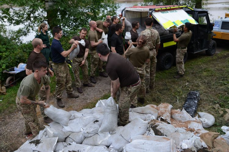 Troops from The Light Dragoons load up sandbags at Whaley Bridge Dam (Picture: MOD).