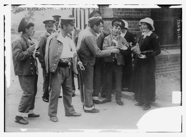 Wounded British soldiers from the Battle of Mons with local women (image: Library of Congress)