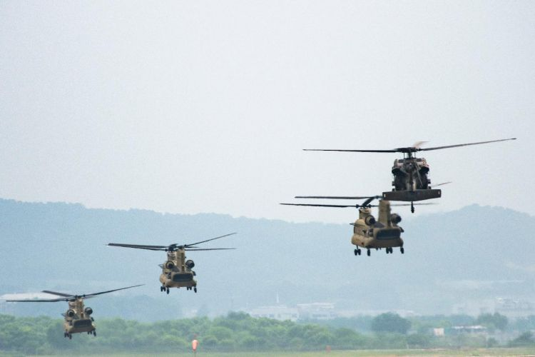 Chinook in formation - Jumpstory