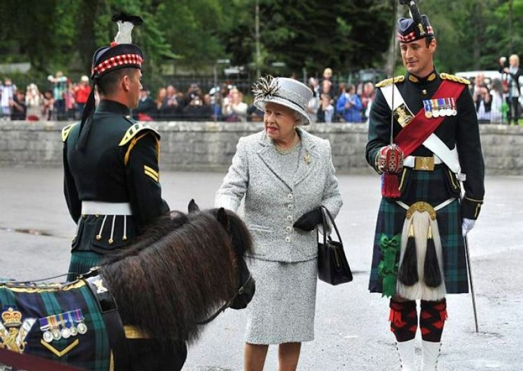 Cruachan III with the Queen