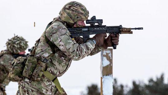 4 Reservista do Exército do Regimento de YORKS Yorkshire disparando um SA80 no exercício Yorkshire Strike 100221 MOD. DE CRÉDITO.