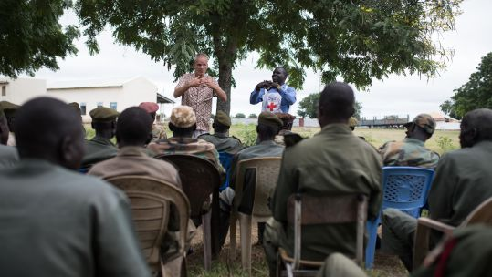 Albert Schoneveld delivers a lesson to South Sudanese soldiers DATE UNKNOWN CREDIT ICRC FlorianSeriex