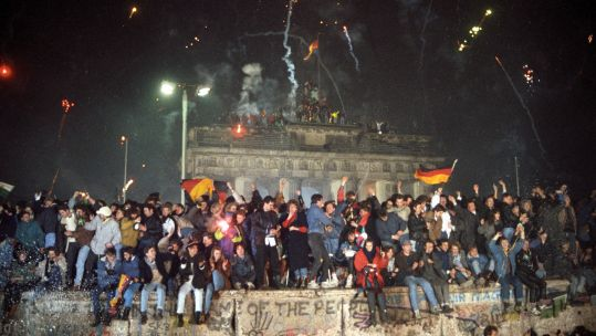 Berlin Wall - First German-German New Year's Eve - A huge crowd celebrates at the Brandenburg Gate