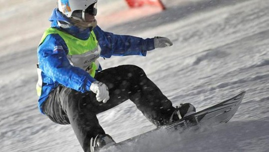 Competitor racing in the Snowboard Parrellel GS