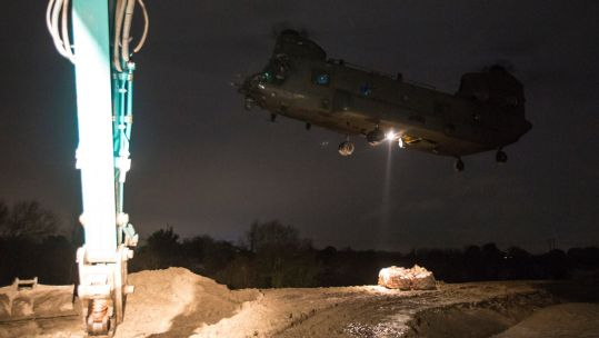 The RAF Chinook carrying aggregate during one of the shuttles (Picture: @RAF_Odiham/ Twitter).