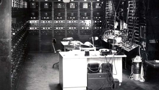 A receiver control bay in Knockholt, Kent (Picture: GCHQ).